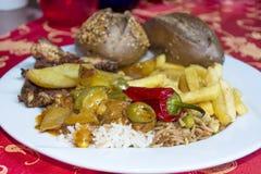在一块白色板材的土耳其晚餐 免版税库存照片