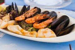 在一块白色板材的地中海快餐 库存图片