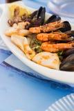 在一块白色板材的地中海快餐 免版税库存图片