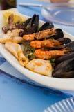 在一块白色板材的地中海快餐 库存照片