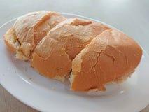 在一块白色板材的多士面包 库存图片
