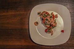 在一块白色板材的大虾bruschetta 图库摄影