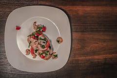 在一块白色板材的大虾bruschetta 免版税库存图片