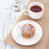 在一块白色板材的巧克力曲奇饼有茶的 免版税库存图片