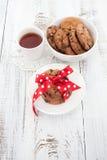 在一块白色板材的巧克力曲奇饼有茶的 图库摄影