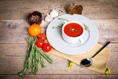在一块白色板材的开胃乌克兰传统罗宋汤在与菜的老桌上在木背景 图库摄影
