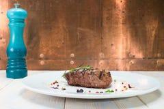 在一块白色板材的开胃烤肉 免版税库存图片