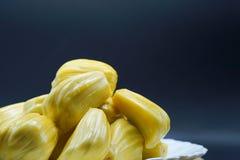 在一块白色板材的新波罗蜜切片 成熟甜黄色的波罗蜜 素食主义者,素食主义者,未加工的食物 异乎寻常的热带水果-特写镜头 库存照片