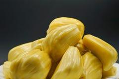 在一块白色板材的新波罗蜜切片 成熟甜黄色的波罗蜜 素食主义者,素食主义者,未加工的食物 异乎寻常的热带水果-特写镜头 免版税图库摄影