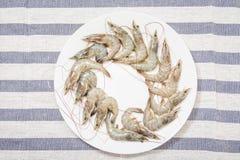 在一块白色板材的新鲜的虾 免版税库存照片