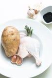 在一块白色板材的未煮过的鸭子腿 免版税图库摄影