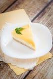 在一块白色板材的柠檬乳酪蛋糕 图库摄影