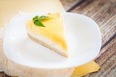 在一块白色板材的柠檬乳酪蛋糕 免版税库存图片
