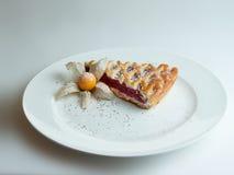 在一块白色板材的樱桃饼 库存图片