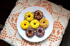 在一块白色板材的油炸圈饼 图库摄影