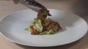 在一块白色板材的油煎的菜 餐馆 油煎的蔬菜 关闭 HD 股票视频