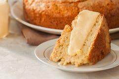 在一块白色板材的爱尔兰苹果饼用香草乳蛋糕调味汁 Fes 免版税库存照片
