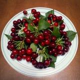 在一块白色板材的甜成熟甜樱桃 图库摄影
