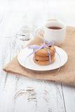 在一块白色板材的自创曲奇饼有茶的 免版税库存照片