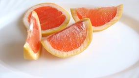 在一块白色板材的葡萄柚切片 股票录像