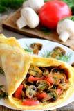 在一块白色板材的蘑菇和蕃茄煎蛋卷 怂恿煎蛋卷充塞用蘑菇、蕃茄和莳萝 轻的夏天午餐或吃饭的客人 库存照片