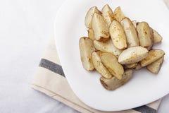 在一块白色板材的被烘烤的土豆 有机素食食物 库存照片