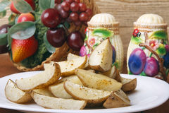 在一块白色板材的被烘烤的土豆 库存图片