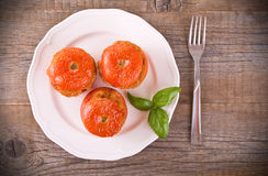 在一块白色板材的西红柿原料 库存照片