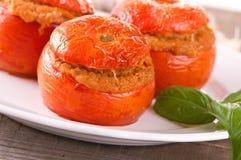 在一块白色板材的西红柿原料 免版税库存图片