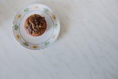 在一块白色板材的角豆树松饼 免版税库存照片