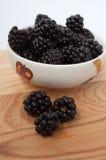 在一块白色板材的黑莓 图库摄影