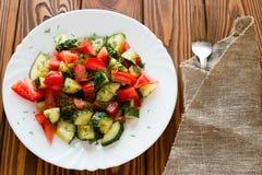 在一块白色板材的素食沙拉 免版税库存图片