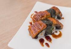 在一块白色板材的Unagi寿司 库存照片