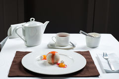 在一块白色板材美妙地装饰的冰淇凌 免版税库存照片