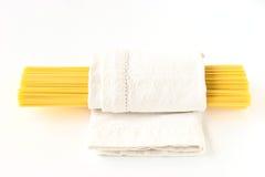 在一块白色毛巾的未加工的面团 免版税库存照片