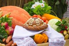 在一块白色毛巾的美丽的蛋糕,菜,果子。 图库摄影