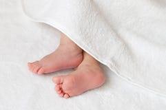在一块白色毛巾的婴孩脚 免版税库存图片