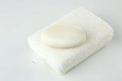 在一块白色海绵的肥皂 图库摄影