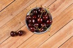 在一块白色碗和小垫布的樱桃 库存照片