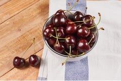 在一块白色碗和小垫布的樱桃 免版税库存图片
