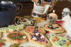 在一块白色陶瓷板材的万圣夜曲奇饼 免版税库存图片