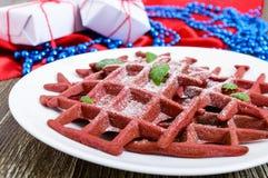 在一块白色陶瓷板材的巧克力美国人奶蛋烘饼`红色天鹅绒`在木背景 图库摄影