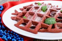 在一块白色陶瓷板材的巧克力美国人奶蛋烘饼`红色天鹅绒`在木背景 库存照片