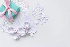 在一块白色餐巾的一件礼物 免版税库存照片