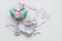 在一块白色餐巾的一件礼物 库存照片