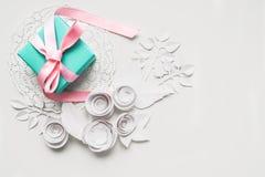 在一块白色餐巾的一件礼物 库存图片
