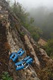 在一块石头的攀岩登上反对一个灰色天空背景特写镜头 免版税库存图片