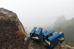 在一块石头的攀岩登上在灰色天空背景 图库摄影