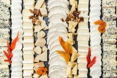 在一块石板材切的乳酪品种  免版税库存照片