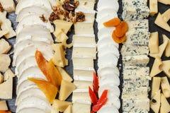 在一块石板材切的乳酪品种  库存图片